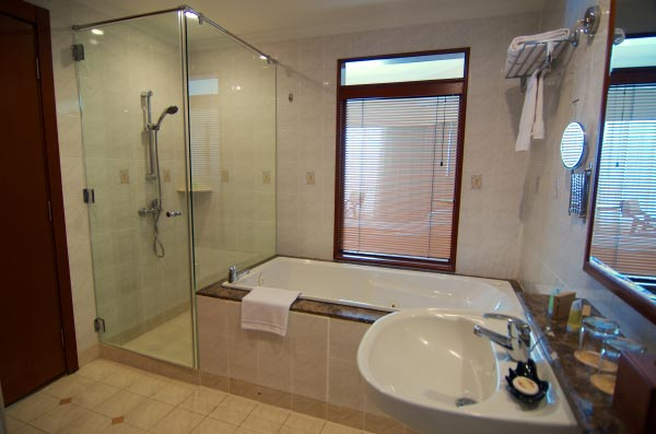 The-Gurney-Resort-Hotel-&-Residences-Studio-Suite-Bathroom